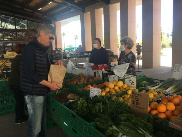 Au bon plaisir des Ajacciens : les stands du marché.