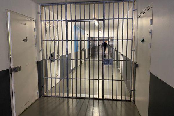 Dans les couloirs de la prison des Baumettes à Marseille, le Covid circule aussi.