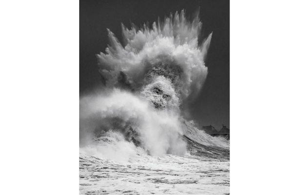 Une vague à Lesconil (Finistère sud) lors de la tempête Justine. L'oeuvre est de Mathieu Rivrin, chasseur de tempête