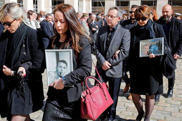 Les proches de Cédric de Pierrepont, dont sa compagne (au premier plan avec le cadre photo) dans la cours des Invalides pour l'hommage national rendu aux deux militaires tués lors de l'opération de libération des otages au Burkina Faso