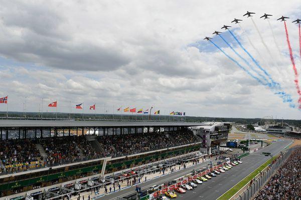 La patrouille de France parade au dessus du circuit du Mans en juin 2018