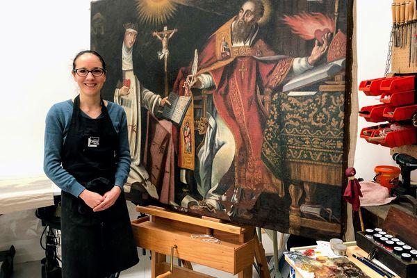 Florence Carly devant un tableau en cours de restauration, dans son atelier de Saint-Hilaire-Saint-Mesmin (Loiret).