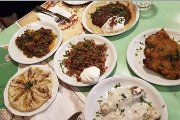 Le refugee food festival permet de découvrir des plats syriens, éthipiens, afghans, iraniens ... et favorise l'intégration de chefs ayant dû fuir leurs pays en guerre