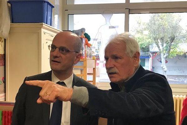 Jean-Michel Blanquer et Yann Arthus-Bertrand veulent promouvoir la défense de l'environnement à l'école.