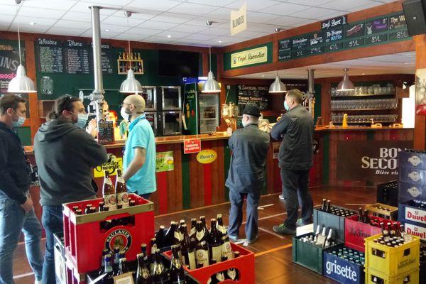 A Labège, ce vendredi 2 avril, les clients du bar caviste V ans B profitent de la braderie anti gaspillage.