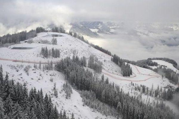 FIS World Cup Men à Kitzbuhel en Autriche, sous le brouillard.