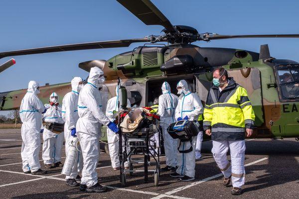 À Vesoul, deux patients ont été transférés par un hélicoptère militaire (image d'illustration).