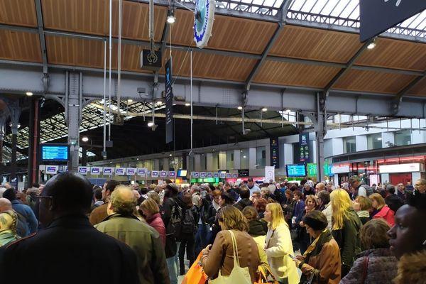 La Gare de Paris-Saint-Lazare bondée après 16H30 ce 16 octobre 2019