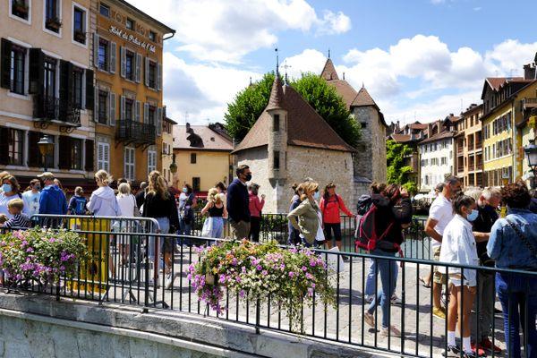 Des passants dans la vieille ville d'Annecy le 8 août, jour où le port du masque y est devenu obligatoire.