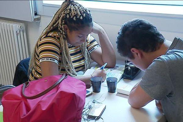 A Saint-Nazaire, les lycéens profitent d'une salle spéciale pour les révisions de dernières minutes.