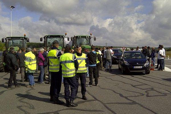 Les éleveurs de l'Aveyron et de la Lozère ont installé un barrage filtrant sur le viaduc de Millau pour protester contre les attaques de loup.