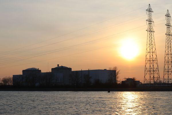Coucher de soleil sur la centrale nucléaire de Fessenheim.