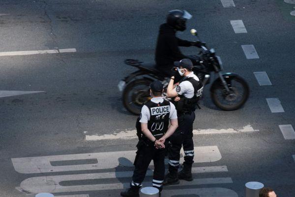"""Le casque à visière assure """"les mêmes garanties que le port du masque en termes de risque de transmission de la covid 19"""", si la visière est baissée, justifie la préfecture de police de Paris (illustration)."""