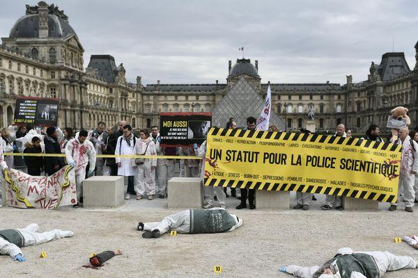 La police scientifique a mis en scène une fausse scène de crime devant le jardin des Tuileries, mercredi 15 janvier