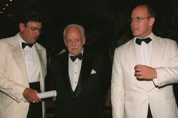 """Le 27 juillet 1998, Michel Pastor, le prince Rainier et le prince Albert lors du gala """"Nuit du Pérou"""" au profit du """"Saint Jude Children's Research Hospital"""" et de l'oeuvre humanitaire monégasque """"Ecoute-Cancer-Réconfort""""."""
