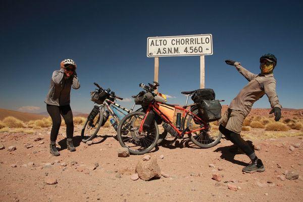 C'était le 10 mai dernier et le dernier dernier col au delà de 4000 m d'altitude de tout leur voyage entre l'Alaska et la Patagonie. Ils pensent arriver fin août à Ushuaïa.