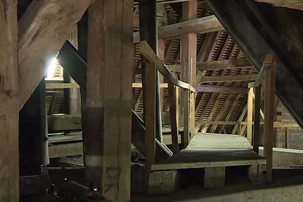 La charpente de la cathédrale Saint-Bénigne de Dijon a une structure similaire à celle de Notre-Dame de Paris.