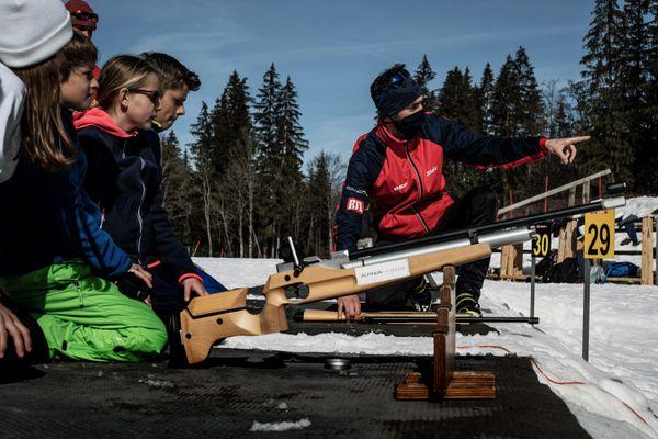 Un groupe d'enfants participe à une initiation au biathlon à la station des Contamines-Montjoie (Haute-Savoie).
