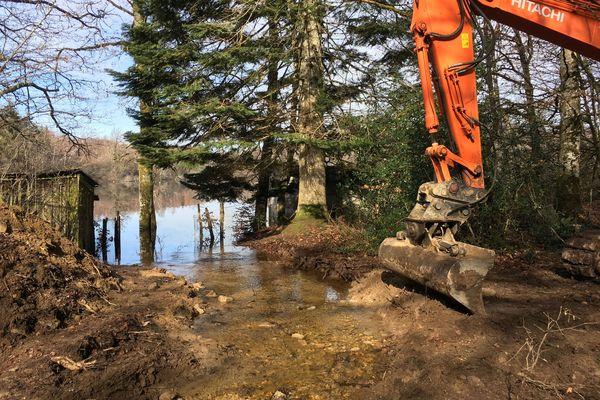 Un engin de chantier a creusé une canal de dérivation pour éviter à la digue de céder