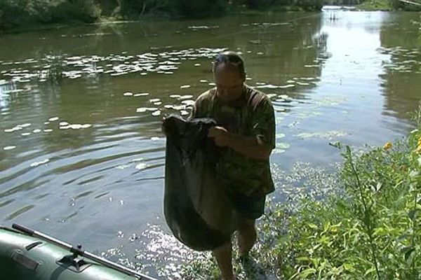 Un participant du défi camarguais, vient de pêcher un poisson sur les berges du Vidourle, entre le Gard et l'Hérault - 30 juin 2016