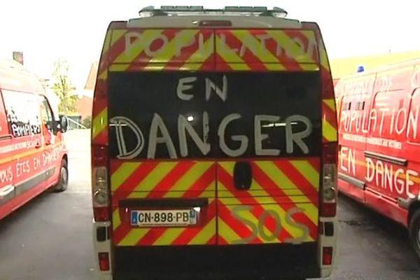Des revendications peintes sur les camions de pompiers ce dimanche à Valenciennes.