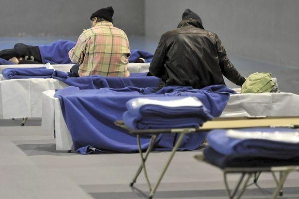 Des personnes sans-abri accueillies au gymnase Montagne de Toulouse, en janvier 2017.