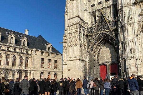 Les troyens commencent à rentrer dans la cathédrale pour la cérémonie, environ mille personnes sont présentes.