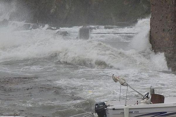 A Collioure, les vagues déferlent au pied des remparts.