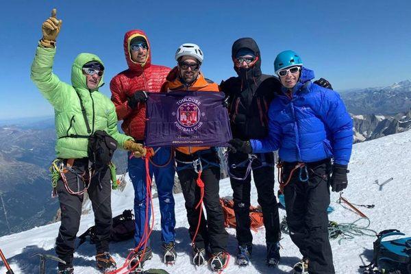 David Labarre (au centre) et son équipe au sommet du Mont-Blanc