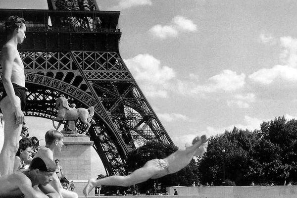 Baignade dans la seine au pont d'Iéna, une photo de Robert Doisneau