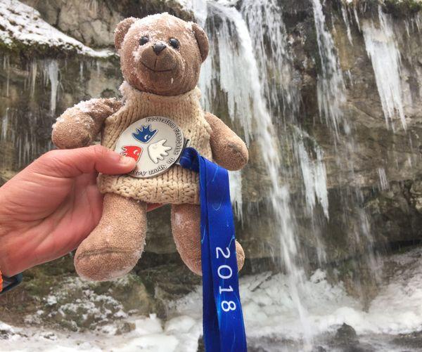 Teddy devant la cascade de la Fauge.