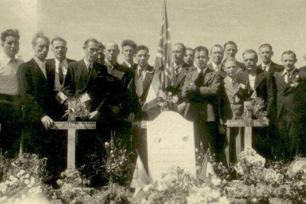 Acte de désobéissance: le 14 juillet 1941, des habitants de Wattrelos fleurissent les tombes de soldats anglais morts en mai 1940.