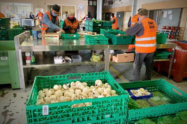 Les bénévoles de la Banque Alimentaire de Moselle trient les denrées collectées avant leur distribution aux associations caritatives