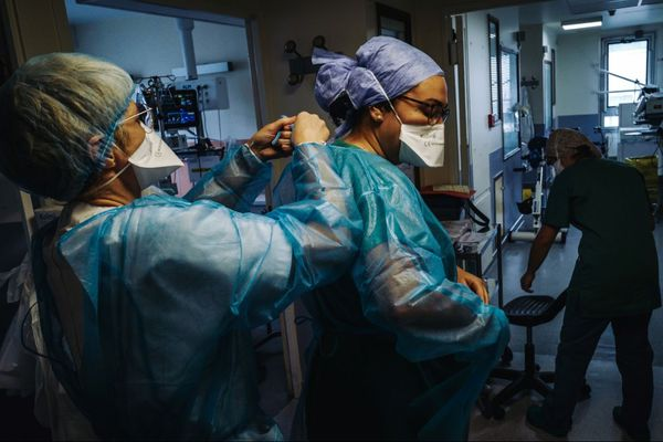 L'Agence régionale de santé Auvergne-Rhône-Alpes demande aux établissements de santé publics et privés de l'Isère, de la Loire et du Rhône de procéder à des déprogrammations massives pour les 15 prochains jours.