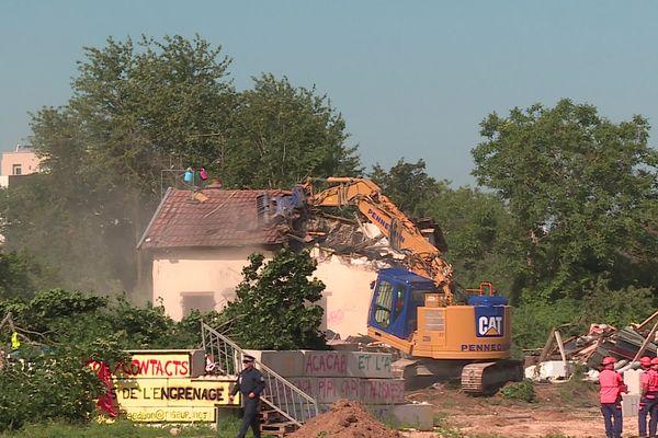 Les Jardins de l'Engrenage à Dijon (Côte-d'Or) ont été évacués par la police ce mardi 20 juillet et les engins de chantier sont entrés en action.