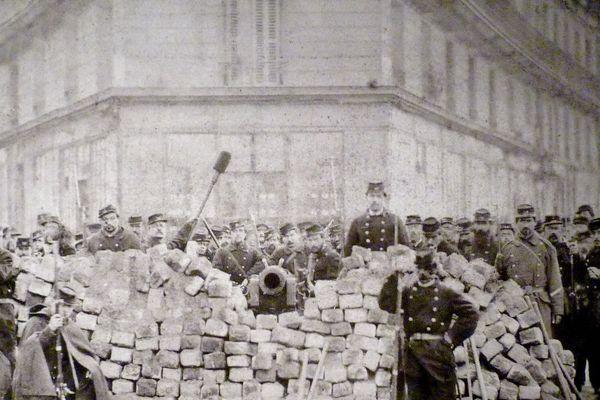La barricade à l'angle des boulevard Voltaire et Richard-Lenoir, lors de la Commune de Paris.