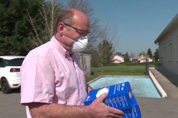 Face au manque d'équipements pendant l'épidémie de coronavirus Covid-19, la solidarité s'organise avec des dons de masques pour les médecins, de la part d'entreprises ou de particuliers en Isère, dans le Rhône ou dans la Drôme.