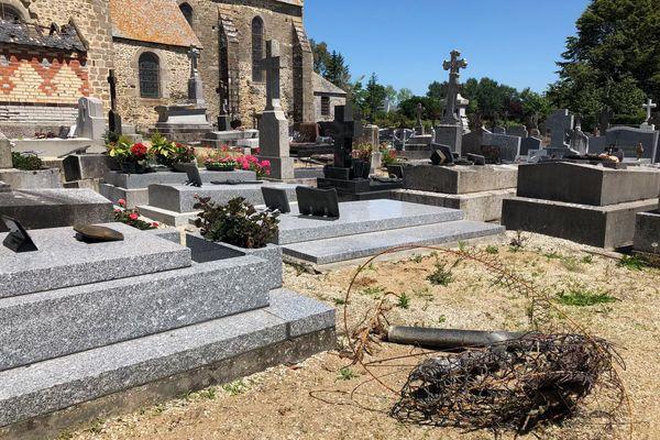 Les vols ont eu lieu les nuits de lundi et mardi dans le cimetière de Genêts dans la Manche.