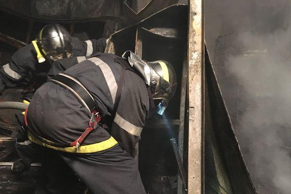Les pompiers ont été appelés à 19h13, le feu a été éteint deux heures plus tard.