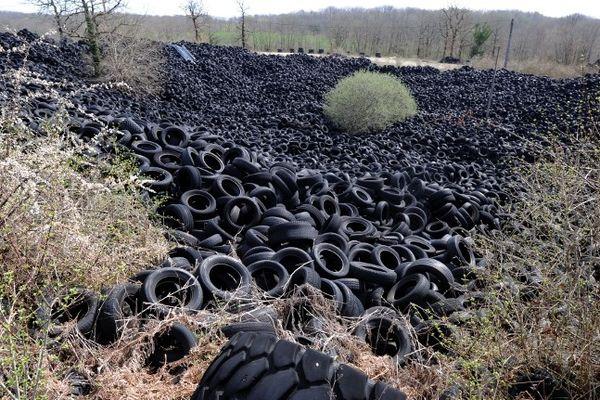 Il reste officiellement 13.000 tonnes de pneus à Lachapelle-Auzac. Des chiffres sous-estimés selon l'association Recyvalor, chargée de supprimer les vieilles décharges.