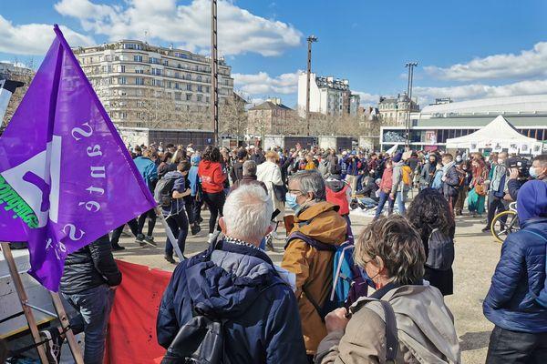 Environ 400 personnes se sont rassemblées sur l'esplanade De Gaulle
