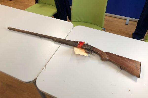 Les enquêteurs cherchent notamment à obtenir des informations sur ce fusil de chasse retrouvé à proximité du domicile de la victime 14 mois après les faits.