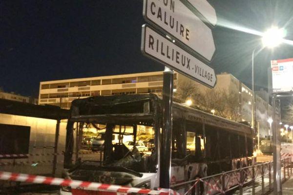 """Nouvelle nuit de violences urbaines à Rillieux-la-Pape près de Lyon, samedi 27 mars au soir : un bus TCL a été brûlé ainsi que plusieurs voitures. Le maire (LR) Alexandre Vincendet dénonce """"une bande mafieuse""""."""