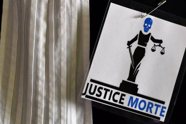 """Une affichette """"Justice Morte"""" sur une robe d'avocat, novembre 2018 - Photo d'illustration"""