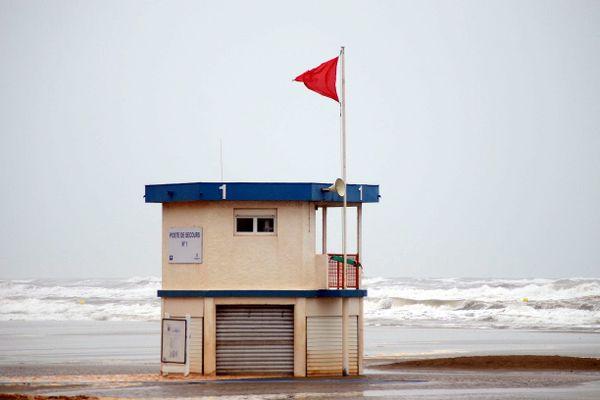 Le drapeau rouge, comme pour cette houle forte à Narbonne en 2016, devrait être hissé dans l'après-midi sur le littoral d'Occitanie. Archives