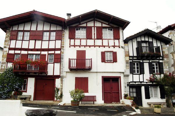 Ainhoa au Pays Basque, l'un des plus beaux villages de France. Les vacanciers sont en quête de bol d'air et de grands espaces pour se retrouver entre amis.