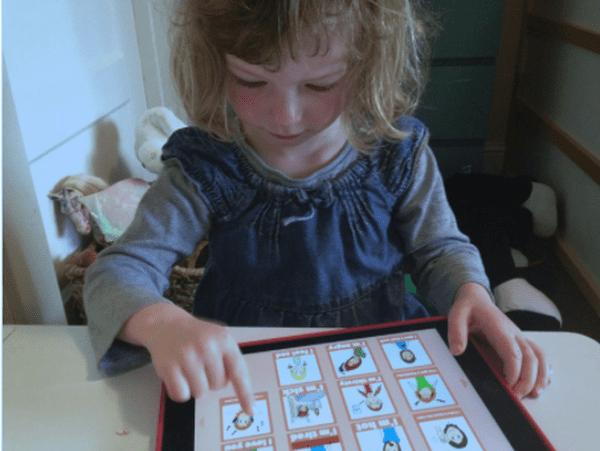 Maya, une enfant new-yorkaise utilise l'application développée à Caen