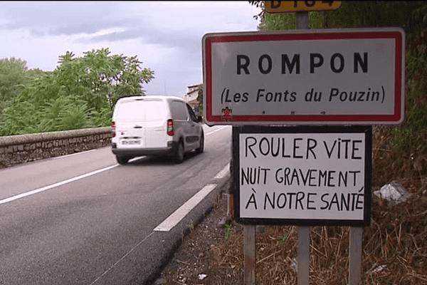 """Panneau humoristique à l'entrée du hameau les """"fonts du Pouzin"""""""