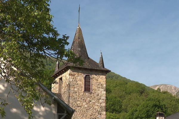 Le clocher de l'église de Larrau et le pic d'Orhi. Orhiko tinia eta Larraineko elizako zeinütegia