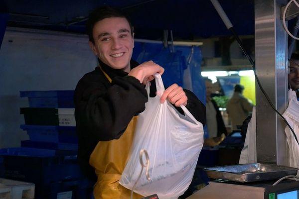 L'activité s'exerce au sein de poissonneries traditionnelles, aux rayons marée de grandes et moyennes surfaces, sur des marchés, en contact avec les clients.